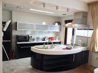 仕上げも念入りに、ついに大変美しい台所の完成です。